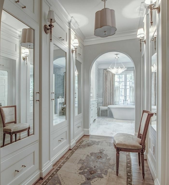 como decorar un pasillo largo y estrecho paso a paso, precioso corredor decorado en estilo clásico con muebles vintage en blanco