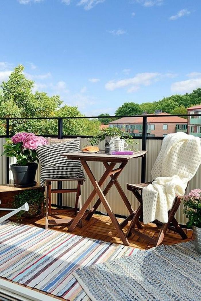 decoracion de jardines exteriores y terrazas, muebles de madera plegables y detalles decorativos