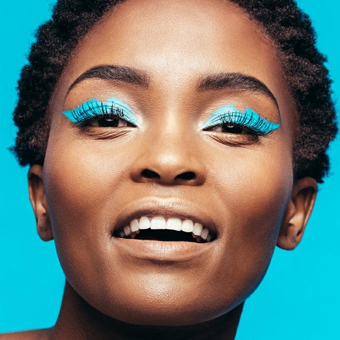 ideas sobre como maquillarse según las últimas tendencias, tonos fluorescentes y neones, sobras en azul claro saturado
