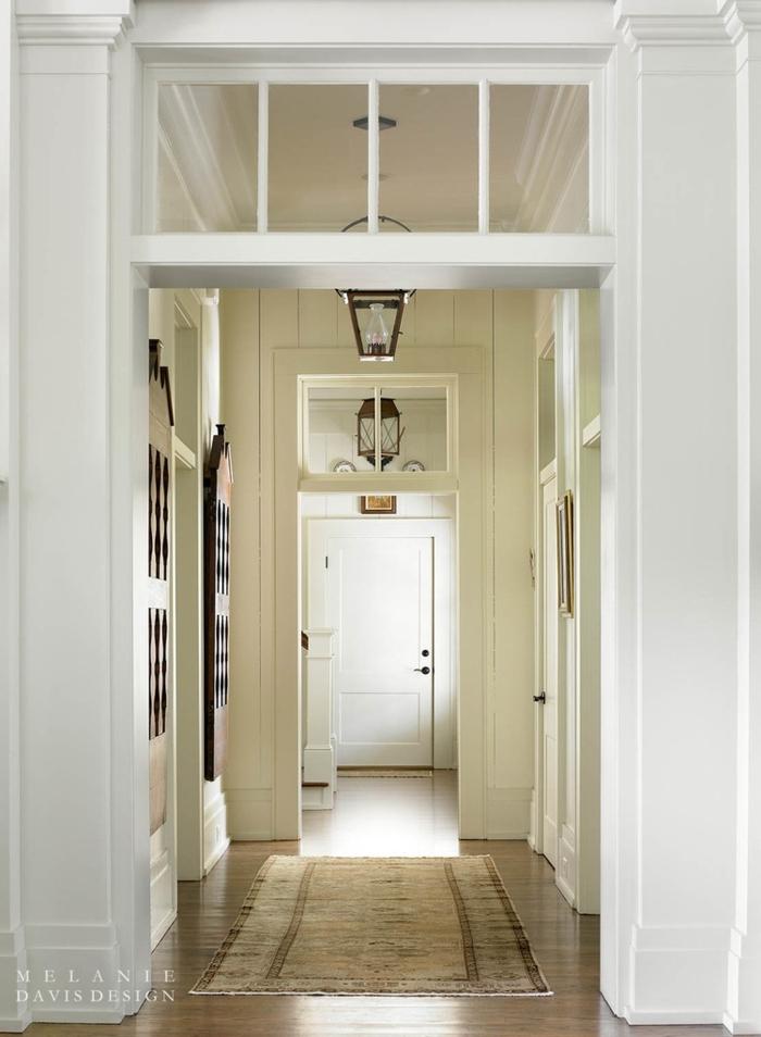 decoración sofisticada en blanco y beige, ideas como decorar un pasillo largo y estrecho paso a paso