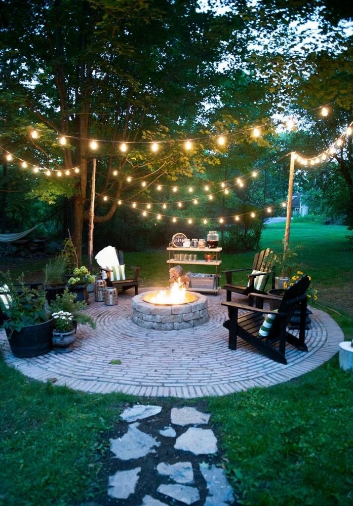 ideas para decorar terrazas y patios, bonita decoración con muebles de madera en colores oscuros, grandes macetas y guirnaldas de luces