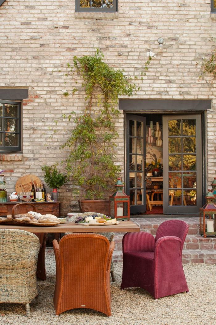 patios decorados de manera encantadora en estilo rústico, patio romántico decorado con sillas en diferentes colores