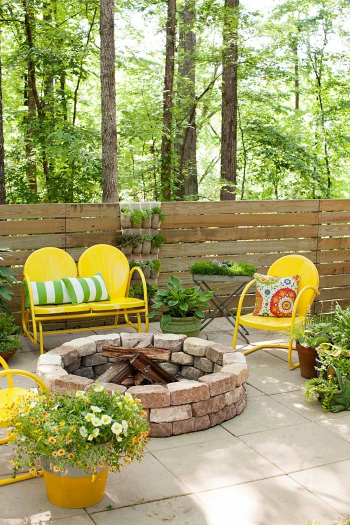 ejemplos de decoración terrazas, patios y porches, sillas en amarillo chillón, cojines decorativos en blanco y