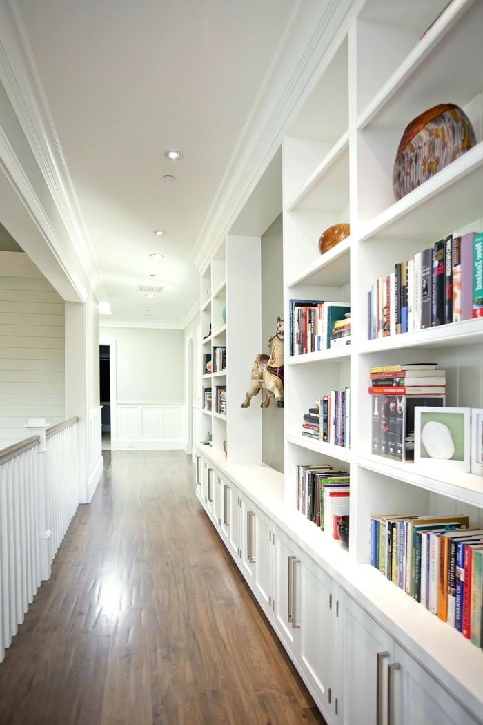 como decorar un pasillo largo y estrecho moderno, grande estantería de libros en blanco y suelo de parquet