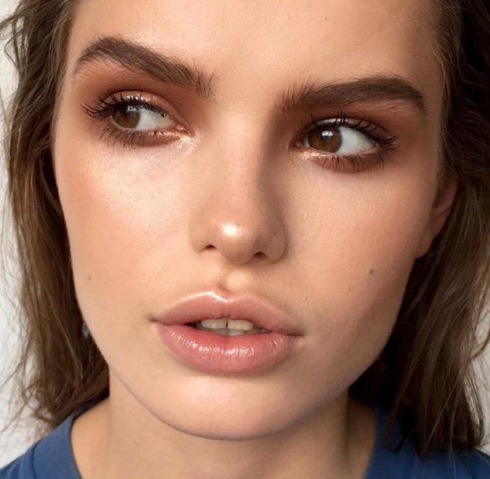 precioso maquillaje con ojos y labios con efecto húmedo, como maquillarse para una ocasión informal paso a paso