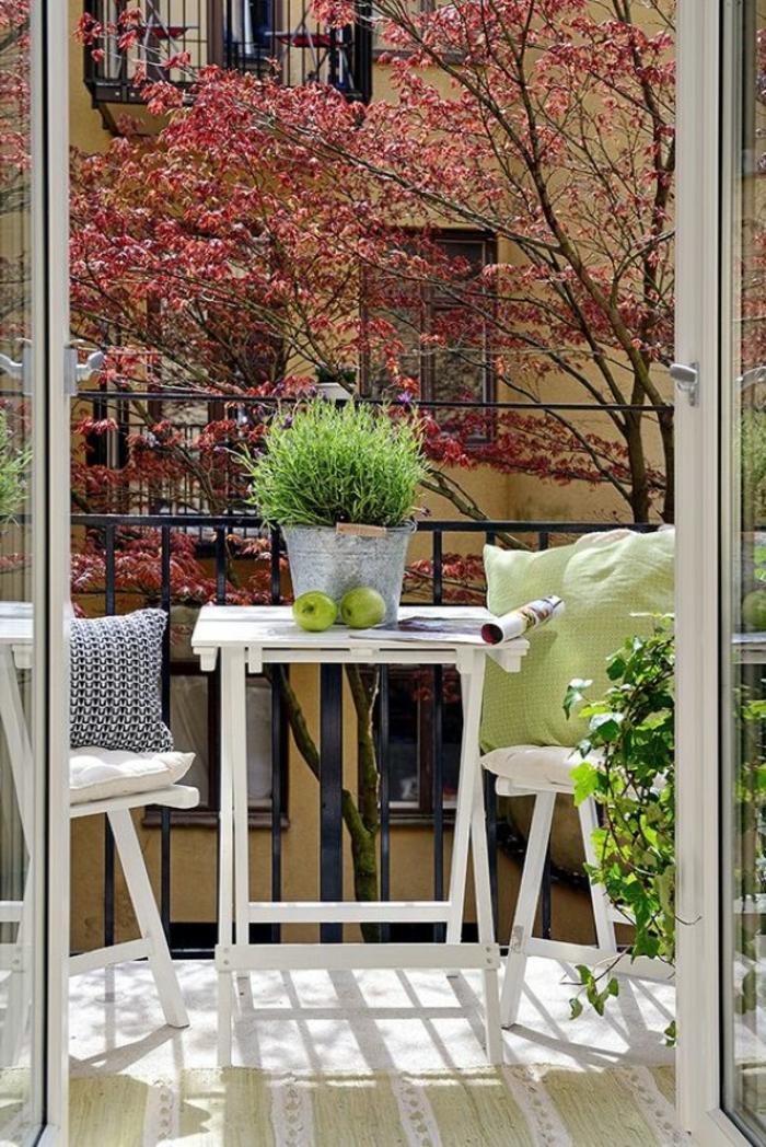 ejemplos de decoracion terrazas aticos de tamaño pequeño, decoración en colores claras con muebles plegables