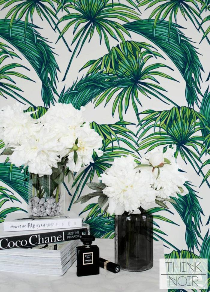 papel pintado habitacion con motivos botánicos, papel decorativo fondo blanco y hojas verdes