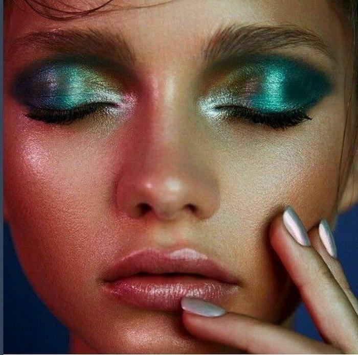 efecto glow o mojado en los ojos, sombras en verde con tonos metálicos, como maquillarse para una fiesta