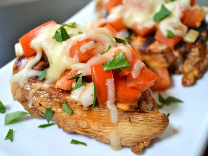 tapas y pinchos faciles , canapé de pollo con tomates cherry, albahacas y queso, ideas para una cena entre amigos