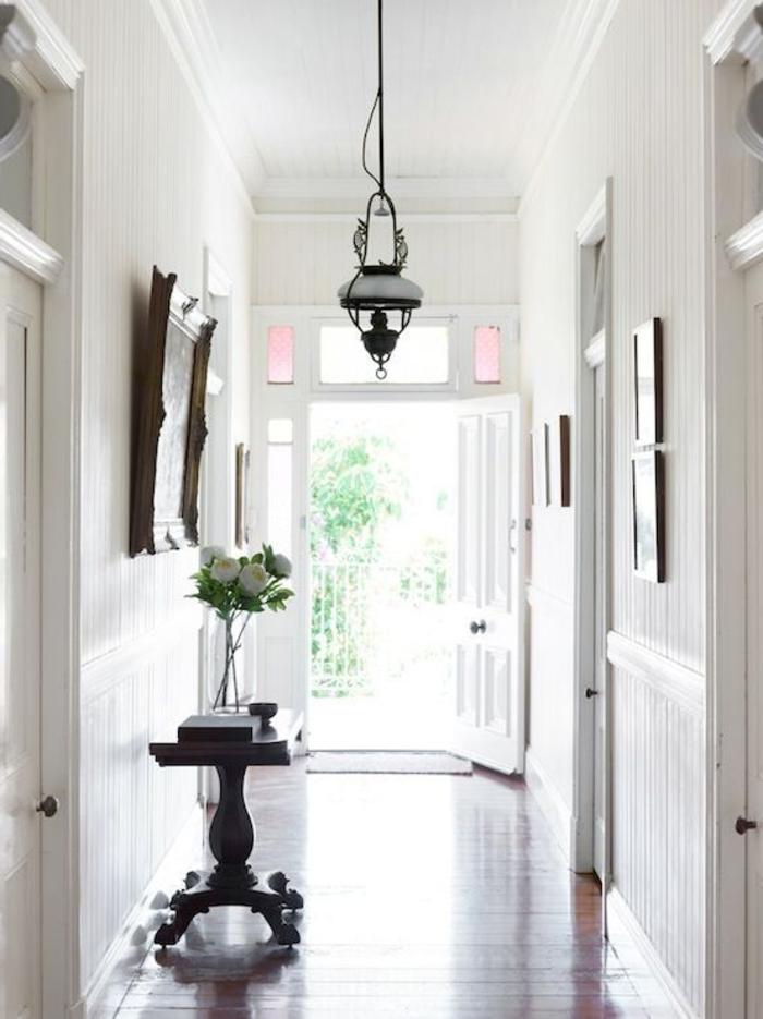 а decorar pasillos estrechos modernos, diseño bonito en blanco con suelo de parquet y detalles decorativos vintage