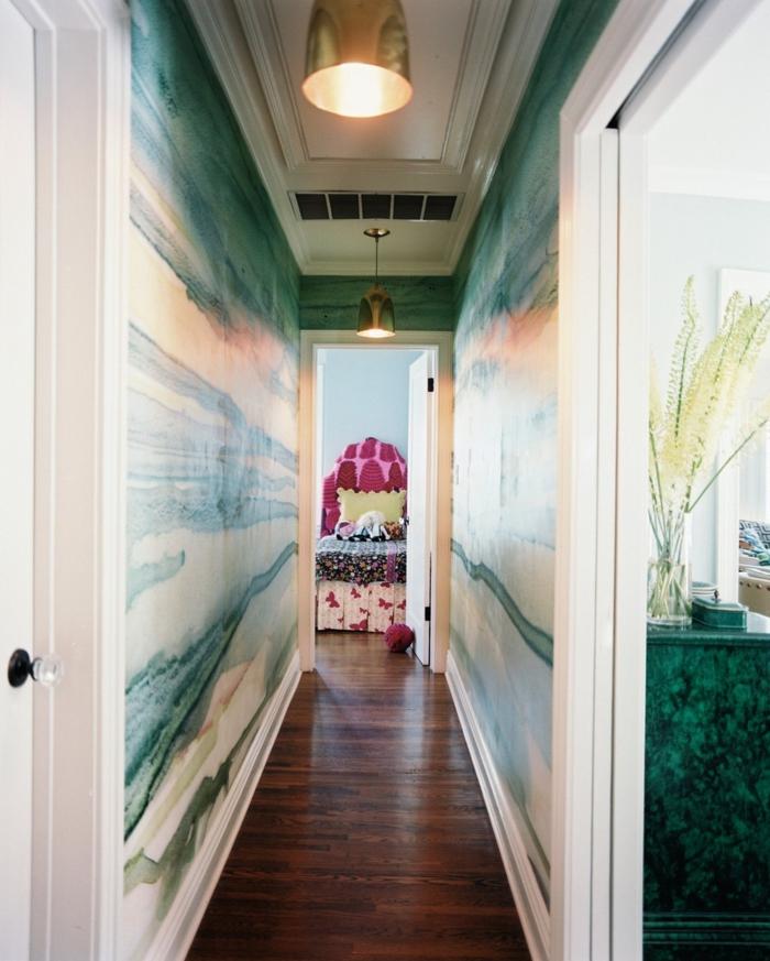 pasillo largo y estrecho con paredes con papel pintado, suelo de parquet y decoracion minimalista