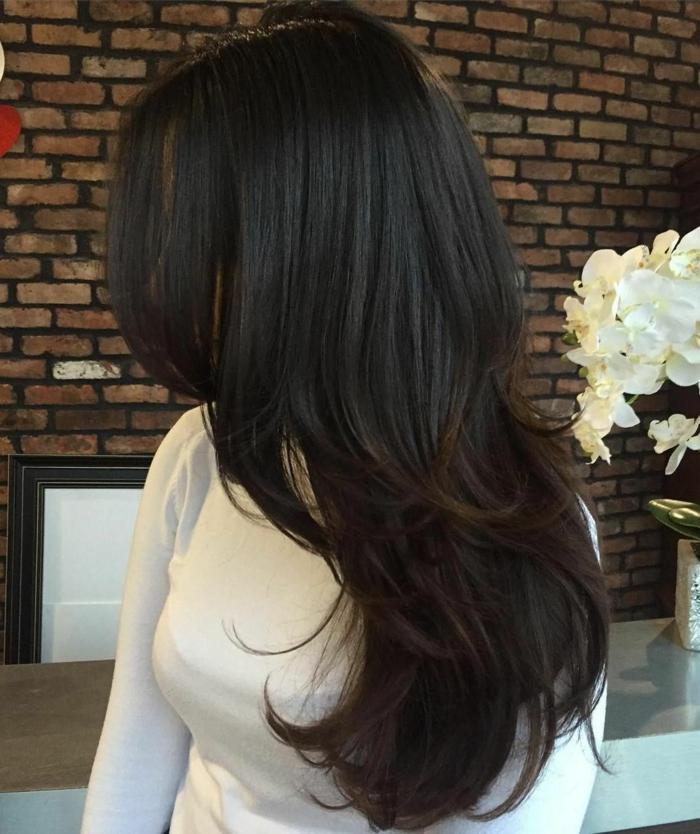 pelo largo gedradado, melena en castaño oscuro con balayage mechas castaño chocolate, tendencias cortes de pelo mujer
