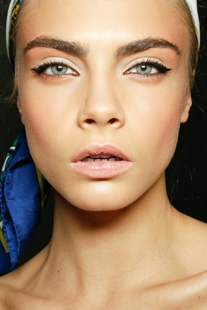 fotos sobre como maquillarse como las estrellas, Cara Delevingne con un maquillaje diario en tonos suaves pastel