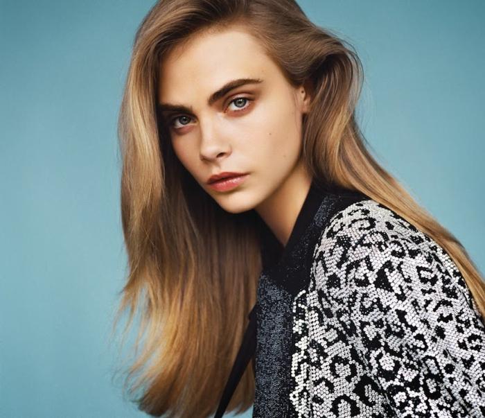 Cara Delevingne con corte de pelo largo moderno, pelo degradado rubio oscuro con mechas claras peinado en raya lateral