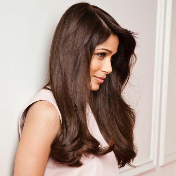 cortes de pelo 2018 mujer tendencias, pelo castaño largo con puntas ligeramente rizadas y raya lateral