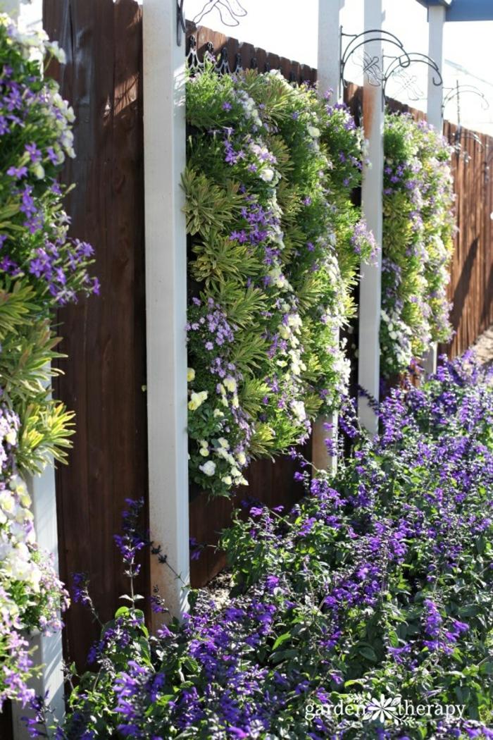 preciosa idea para decorar el jardín con flores, maceteros de palets DIy, cerca con flores coloridas