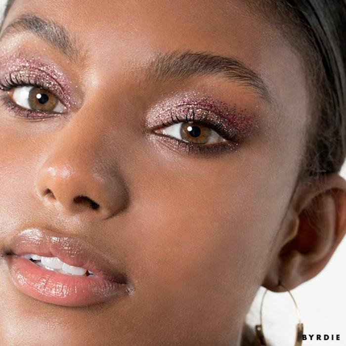 consejos sobre como maquillarse según las últimas tendencias, aplicar sombras relucientes en los ojos