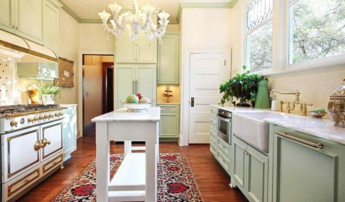 diseño moderno de cocinas pequeñas con isla con elementos vintage, candelabro de época y alfombra ornamentada
