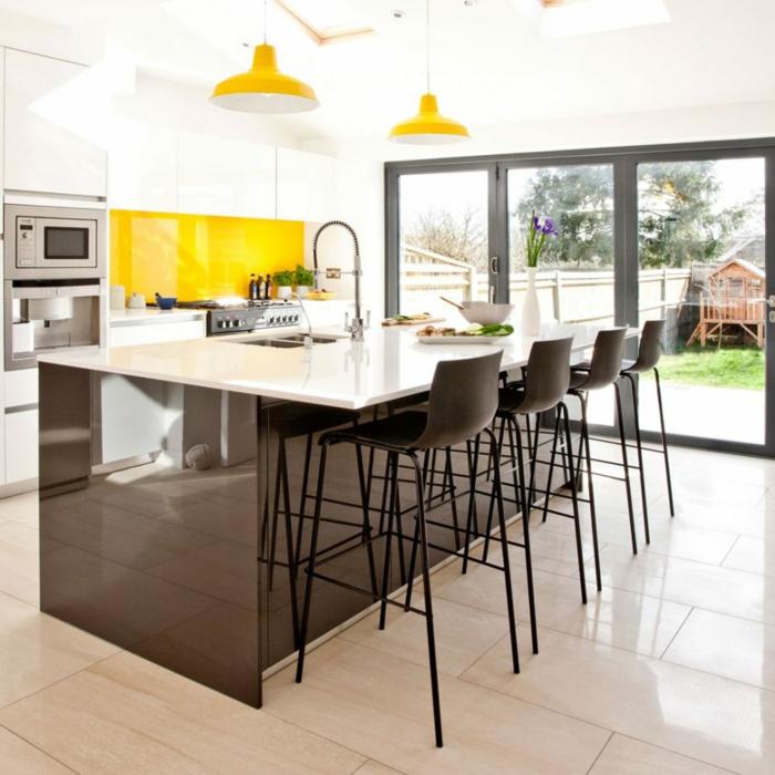 ejemplos de cocinas modernas con isla, grande isla en marrón con encimera en blanco y detalles decorativos en amarillo