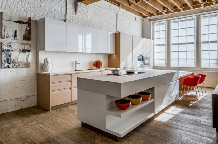 preciosa cocina en blanco con detalles decorativos rústicos, cocinas pequeñas con isla con suelo y techo de madera