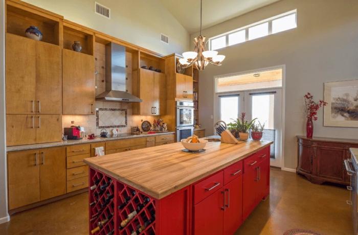 cocinas modernas fotos con toque vintage, grande isla de madera pintada en rojo con encimera de madera