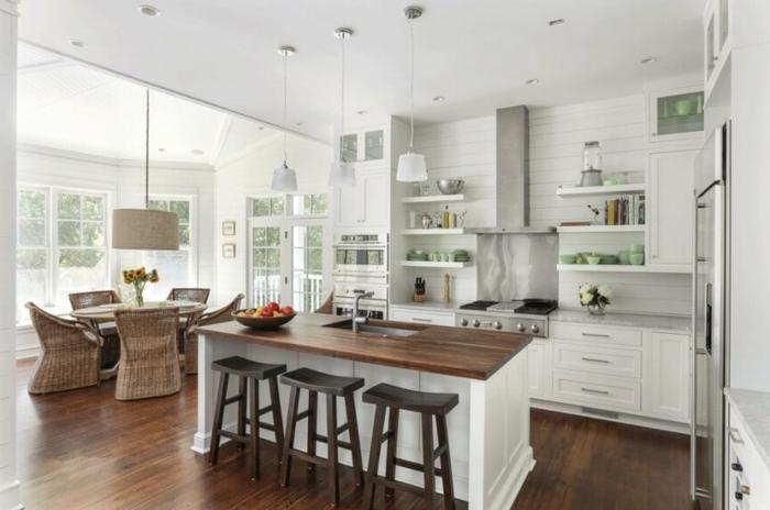 cocinas blancas abiertas al comedor, preciosa decoración en blanco con grande barra con encimera de madera