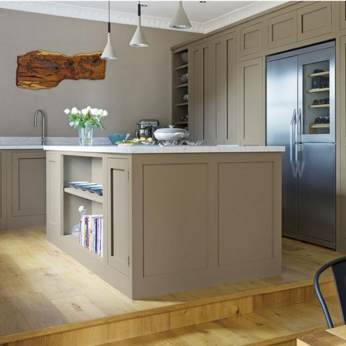 cocinas blancas con muebles en beige, diseño de cocina elegante con grande isla con barra y con estantes