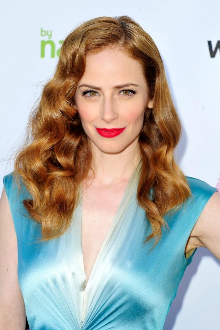 tendencias en los cortes de pelo rizado, celebridades en la alfombra roja, pelo pelirrojo con ondas retro y raya lateral