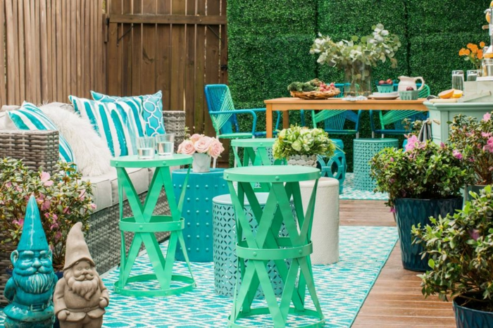 decoracion de jardines en colores llamativos azules, patio decorado en azul y verde con muebles de diseño