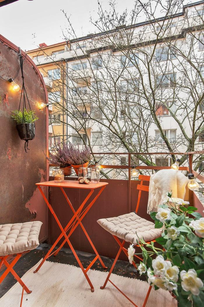 decoracion terrazas aticos de encanto, macetas colgantes DIY, sillas y mesa plegables pintados en color naranja