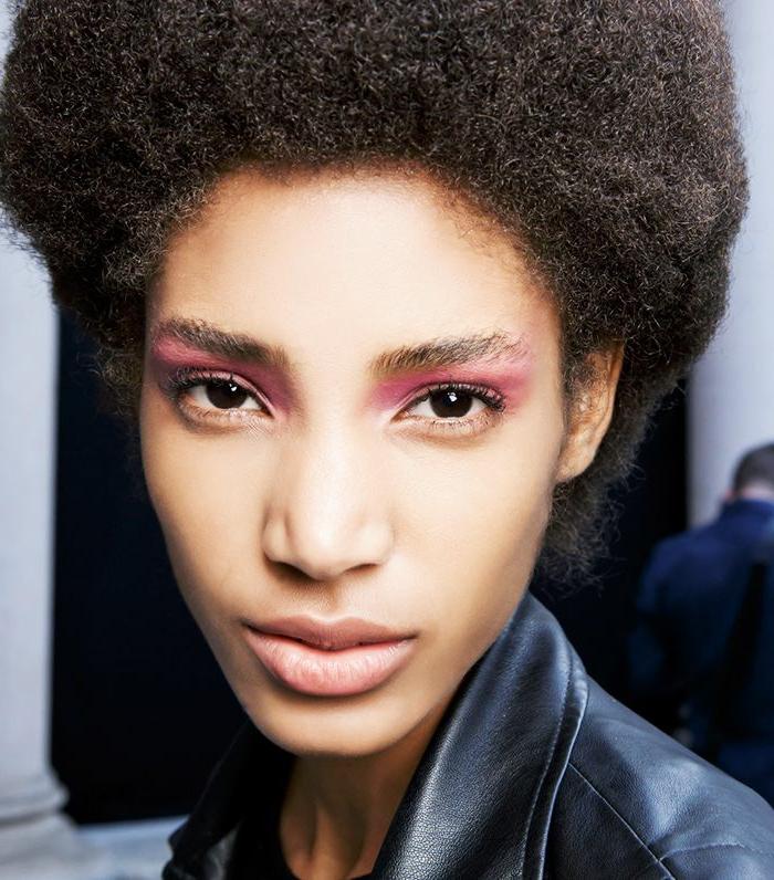 como maquillarse con tonos neones, sombras en rosado llamativo en tono el párpado y labios en nude
