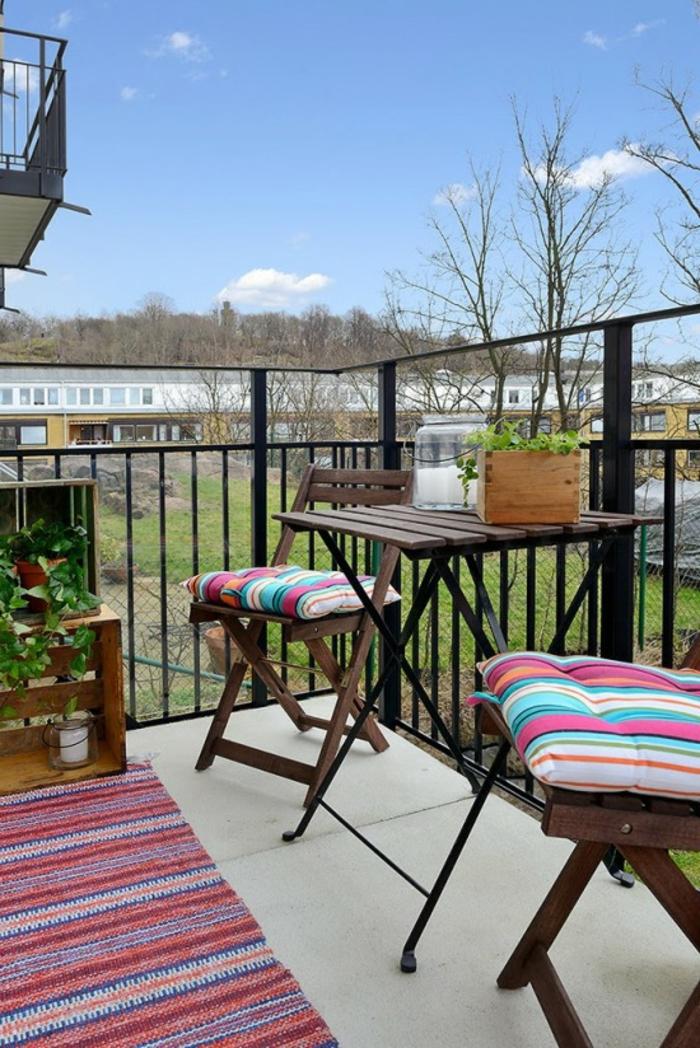 decoracion terrazas aticos y espacios exteriores pequeños, muebles de madera con detalles coloridos en rayas