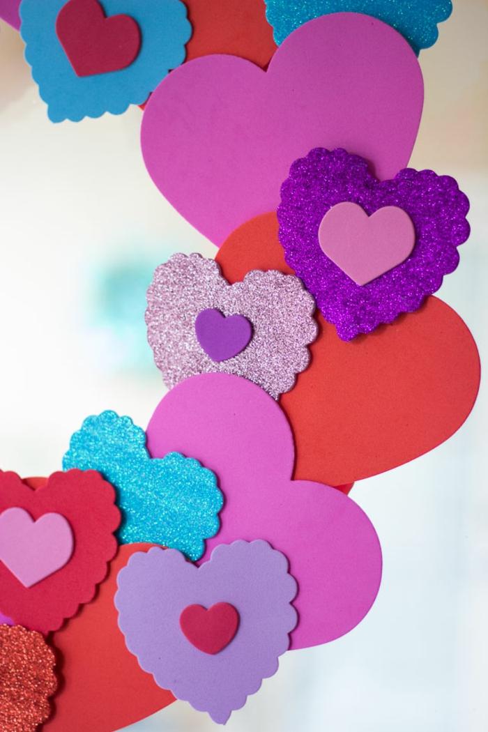 corazones coloridos hechos de goma eva, corona goma eva paso a paso, manualidades para niños y adultos