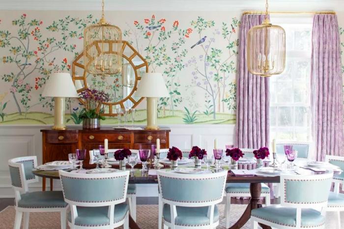 bonito comedor decorado en estilo vintage con mesa y sillas en azul claro y blanco y paredes con papel pintado habitacion jampones