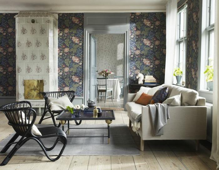 papel pintado habitacion con motivos florales en azul y rosado, salón elegante con grande sofá en beige