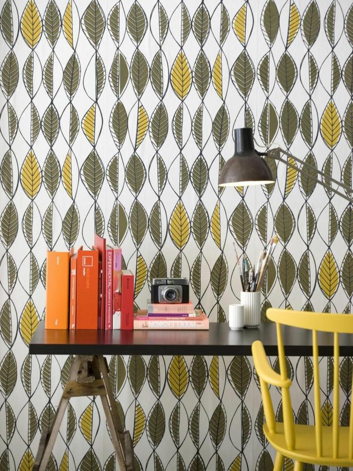 papel pintado habitacion en estilo vintage, hojas en amarillo y verde, silla de madera en verde y escritorio moderno