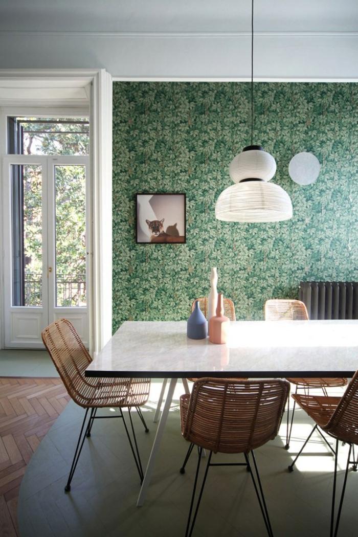 comedor moderno en estilo bohemio, mesa moderna y sillas de mimbre, papel pintado habitacion en verde