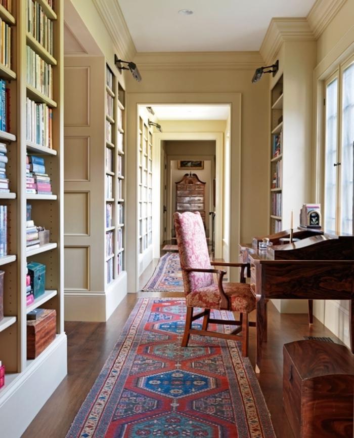 propuesta en estilo vintage, ideas sobre como decorar un pasillo largo y estrecho, estanterías de libros alfombra ornamentada, muebles de madera