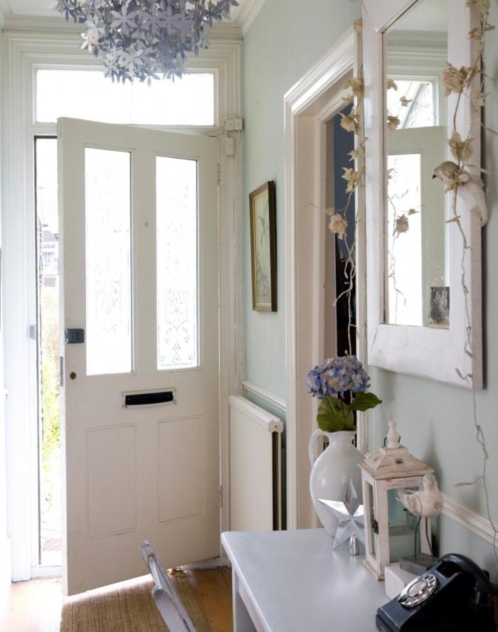 paredes en verde claro con detalles decorativos vintage con motivos florales, decorar pasillos estrechos de encanto