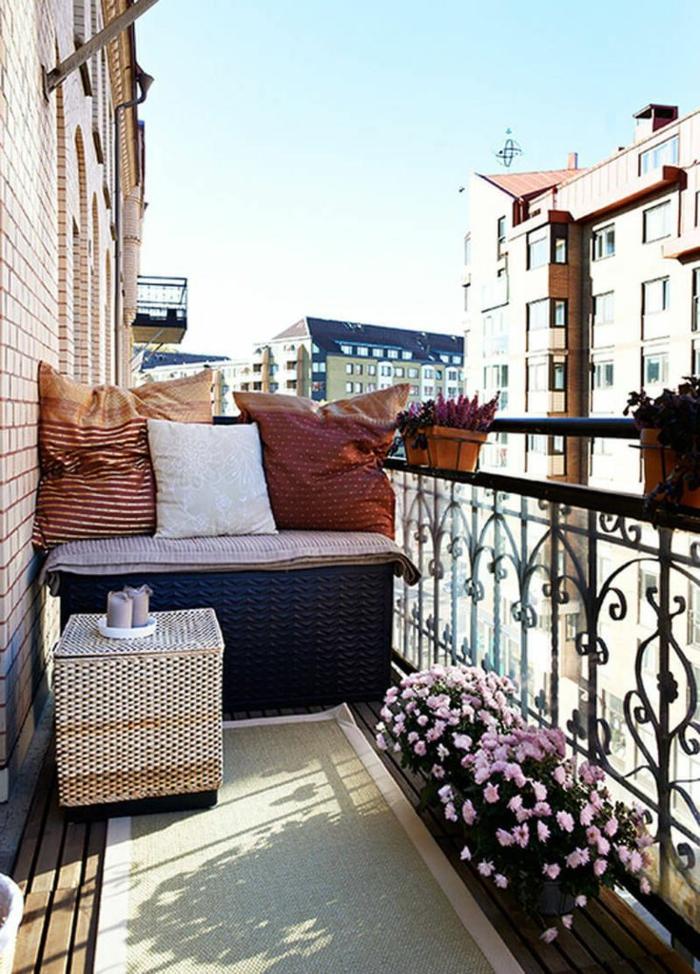 bonita decoración de una terraza pequeña con maceta con flores, suelo de madera y alfombra en beige, patios pequeños con piscina