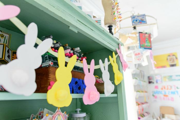 ideas de decoracion DIY de goma eva, manualidades con goma eva faciles, guirnalda con conejos