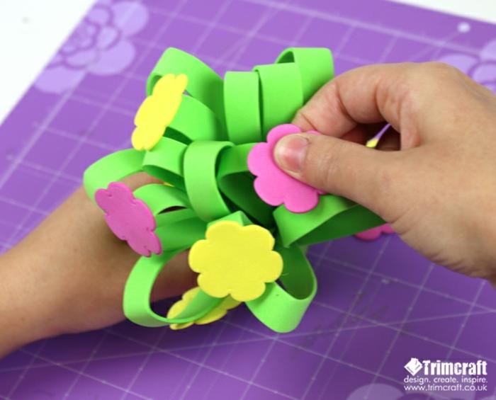 flores y rosas en goma eva ideas, proyecto DIY para el día de la madre, regalo hecho a mano paso a paso
