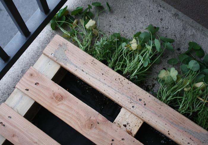 maceteros de palets DIY paso a paso, como hacer un jardinero con materiales reciclados y tierra para macetas