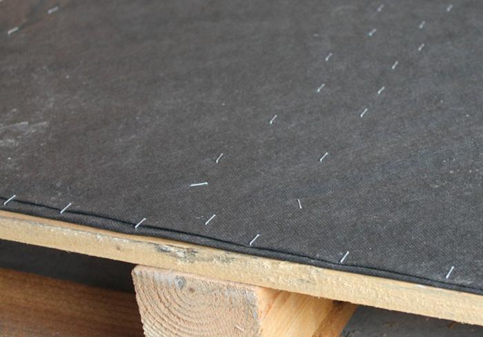 pasos para hacer maceteros de palets DIY, palets de madera y tela, ideas de decoración diy para el jardín