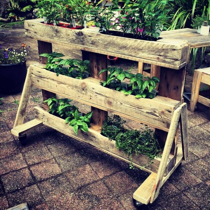 bonitas ideas para el mobiliario del jardín, maceteros de palets con plantas verdes, jardineras de palets fáciles de hacer