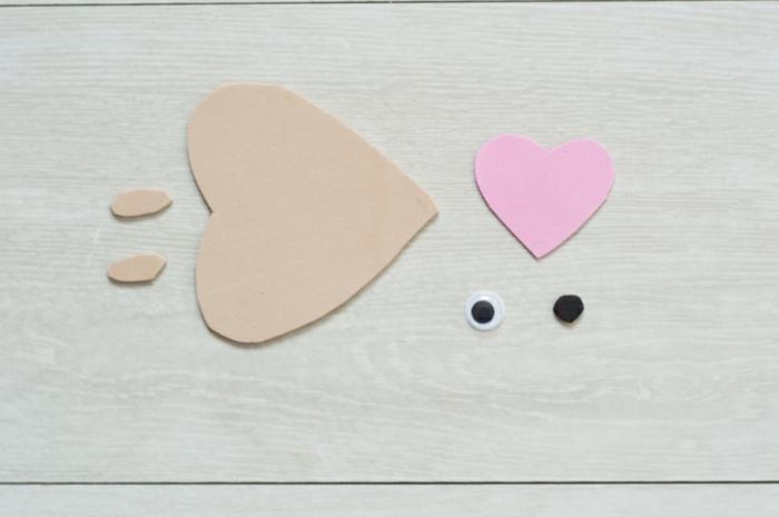 como hacer muñecos de goma eva paso a paso, partes de goma eva en beige y rosado, erizo DIY decorativo