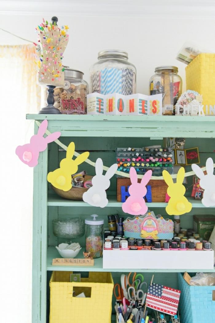 guirnalda decorativa en colores con figuras en forma de conejos, manualidades con goma eva faciles paso a paso