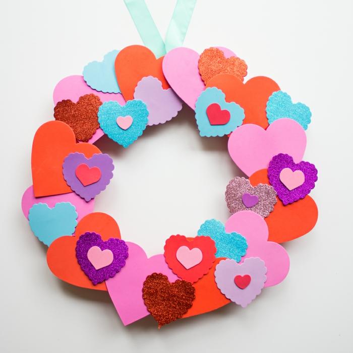 ideas de manualidades navidad goma eva paso a paso, corona de navidad con muchos corazones de diferente color y tamaño
