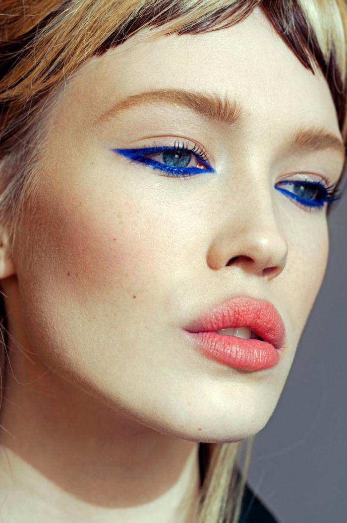 como pintarse los ojos según los últimos hitos en la moda, rayas en azul saturado en las líneas de las pestañas