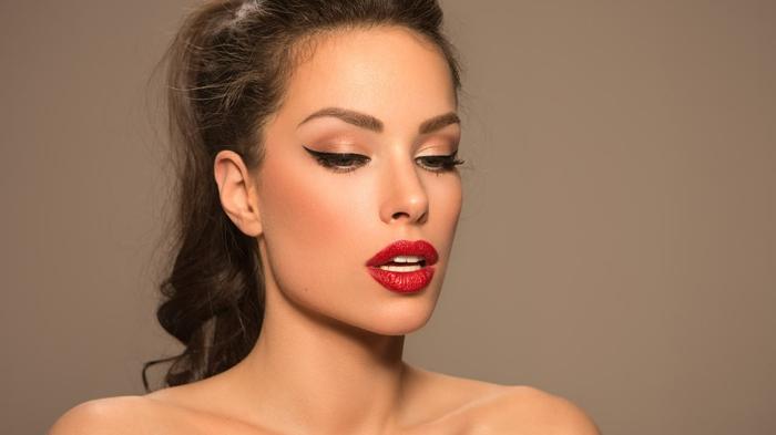 maquillaje cláciso con los labios en rojo fuego y raya del ojo en estilo gato, como pintarse los ojos tutoriales